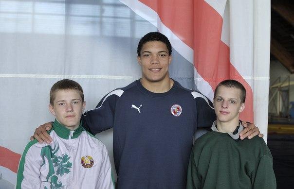Борец Арсен Сычев (по центру)